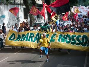Cerca de 300 pessoas fazem um protesto na Rua Pinheiro Machado, em frente ao Palácio Guanabara, em Laranjeiras, na Zona Sul do Rio, contra a concessão do complexo esportivo do Maracanã. (Foto: Erbs Jr./Frame/Estadão Conteúdo)