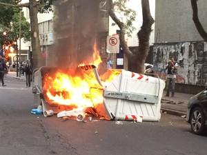 Contêineres são incendiados no entorno da Assembleia Legislativa (Foto: Fábio Almeida/RBS TV)