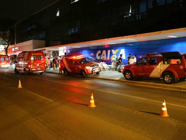 Bombeiros evacuam prédio da Caixa na 505 Sul, em Brasília, após suspeita de intoxicação (Foto: Corpo de Bombeiros/Divulgação)