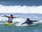 Criança com deficiência realiza sonho de surfar com Klebber Toledo; assista!