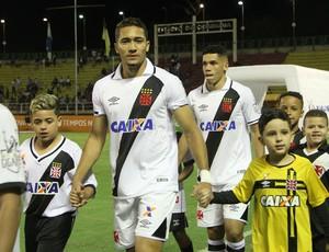 Jean, do Vasco, entra em campo na partida contra o Atlético-PR em Volta Redonda (Foto: Paulo Fernandes/Vasco.com.br)