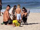 Fernanda Lima e Rodrigo Hilbert brincam com os gêmeos na praia do Leblon, na Zona Sul do Rio