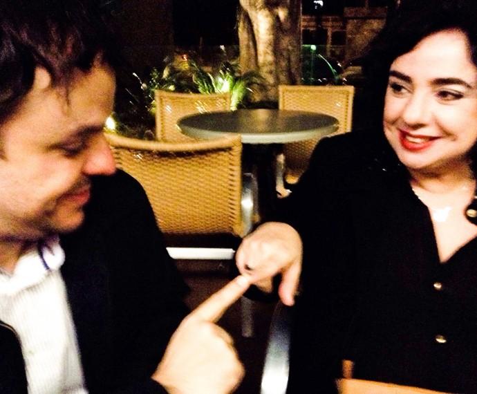 Os dois fazendo toque afetivo do casal touch, segundo Mariza  (Foto: Arquivo Pessoal)