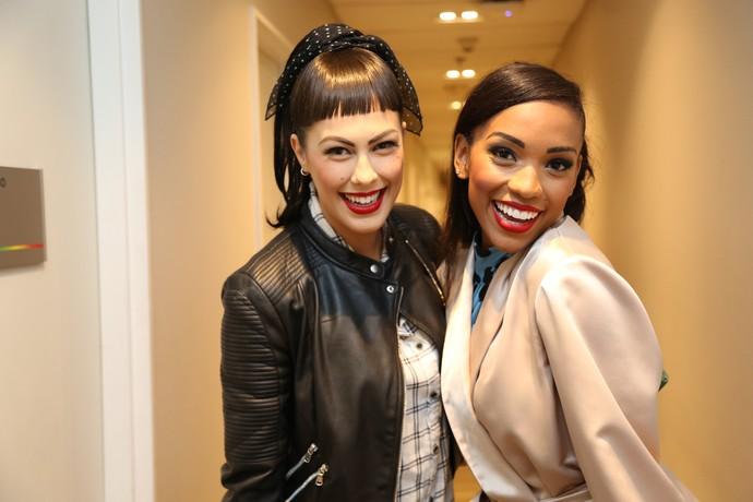 Rachel e Camila se divertem com o look para o ritmo desse domingo (Foto: Carol Caminha/Gshow)