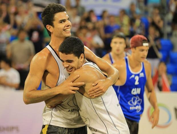 Allison e Guto campeões mundiais sub-21 de vôlei de praia (Foto: Divulgação/FIVB)