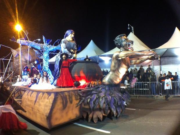 Carros alegóricos representavam contos do folclore gaúcho (Foto: Daniel Bittencourt/G1 RS)