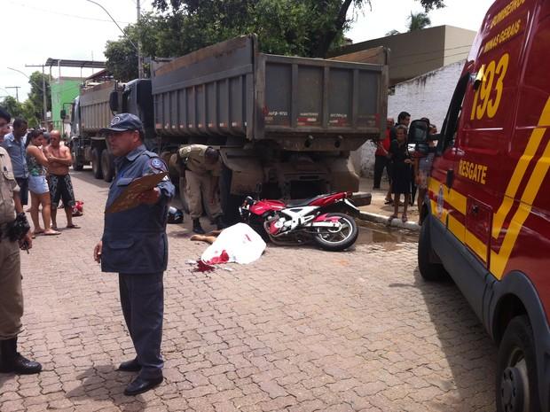 A mulher que estava na garupa da motocicleta morreu no local do acidente (Foto: Diego Souza/G1)