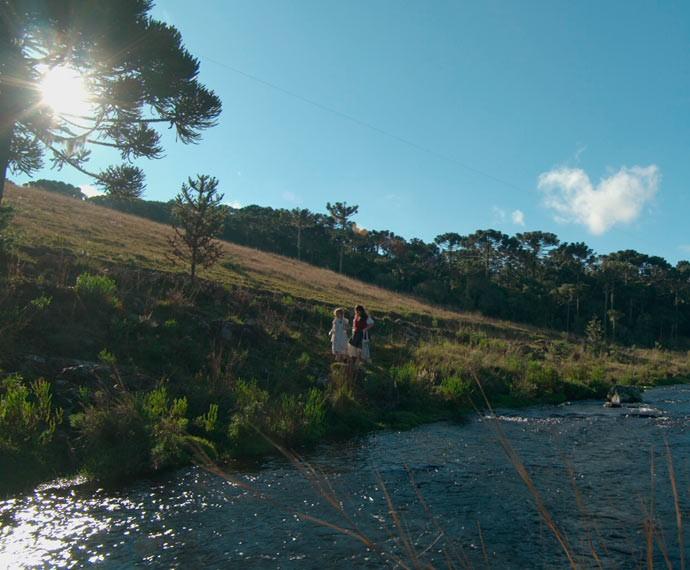 Felícia e Rita se divertem à beira do rio (Foto: TV Globo)
