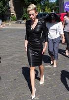 Look do dia: Miley Cyrus usa vestido comportado de couro na Alemanha