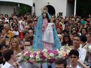 Imagem de Nossa Senhora da Penha é recebida com aplausos (Foto: Reprodução/TV Gazeta)