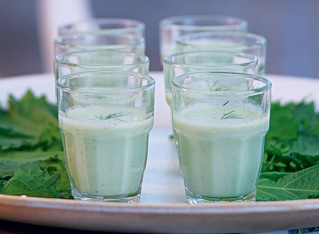 Shot de iogurte com pepino e dill (Foto: Rogério Voltan/Editora Globo)