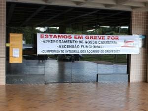 Faixa colocada na porta da biblioteca da Universidade Federal de MS (Foto: Nadyenka Castro/ G1 MS)