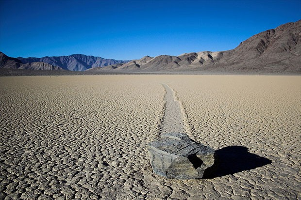 Pedra que desliza na Racetrack Playa, no Death Valley, EUA (Foto: Creative Commons/TravOC)