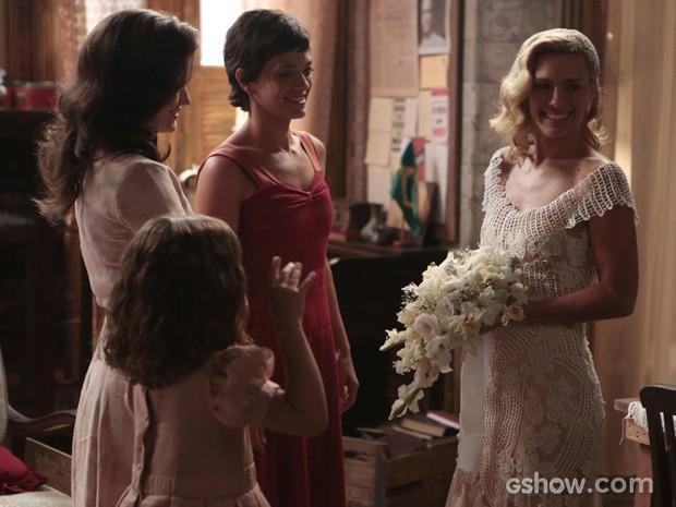 Iolanda se prepara para o casamento com ajuda das amigas (Foto: Felipe Monteiro/TV Globo)