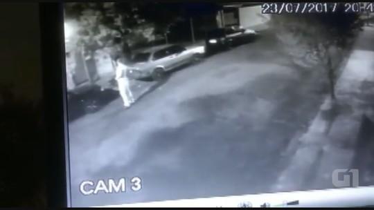 Homem empurra e derruba mulher durante agressão na rua em Araraquara; veja vídeo