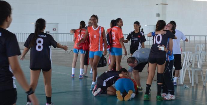 Paraibanas consolam atletas do Distrito Federal após o jogo (Foto: Hévilla Wanderley / GloboEsporte.com/pb)