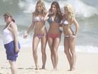 Encontro de sereias! Fiorella, Ewbank e Thaila Ayala posam na praia