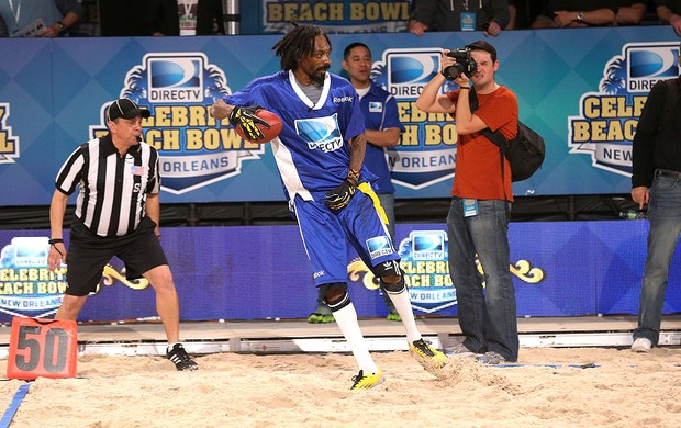 cantor Snoop Dogg participa do Beach Bowl (Foto: Getty Images)