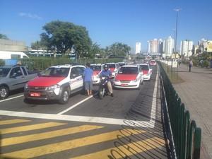 Como parte do protesto, taxistas realizaram carreata do Centro à comunidade de Vila Aparecida, onde o trabalhador foi morto (Foto: João Salgado/RBS TV)