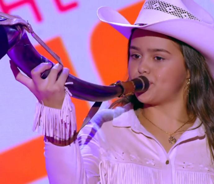 Fabiana Gomes tocando berrante em sua audição no The Voice Kids (Foto: TV Globo)