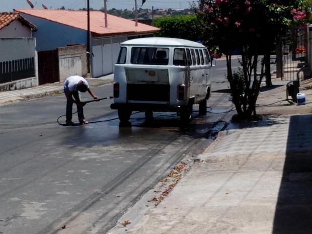 Homem é flagrado lavando o carro em Salto de Pirapora (SP) (Foto: Aleci Oliveira Rosa Júnior / TEM Você)
