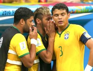 Thiago Silva ouve Neymar jogo Brasil x Holanda (Foto: Reuters)