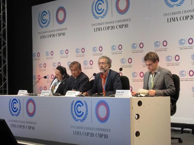 Da esquerda para a direita: representante do governo de Honduras, Filipinas e membros da ONG Germanwatch (Foto: Eduardo Carvalho/G1)