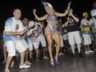 Andréa de Andrade usa vestido curtinho e mostra demais em ensaio