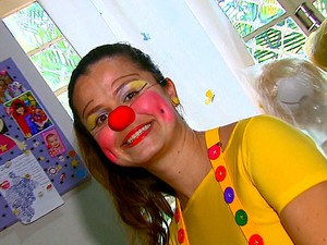 Jana Galdi dá vida à palhaça Pipinela para alegrar as crianças (Foto: Reprodução/EPTV)