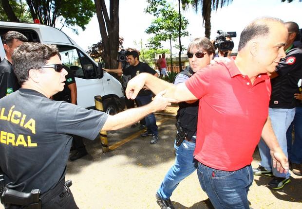 Marcos Valério puxa o braço para se livrar de um policial federal na chegada ao IML em Belo Horizonte (Foto: Wesley Rodrigues / Jornal Hoje em Dia / Agência O Globo)