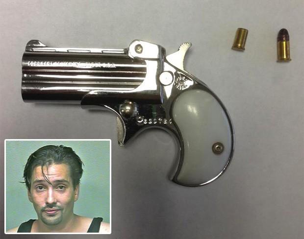 Mark Gregory Valadez foi flagrado com uma arma escondida no reto depois de entrar na prisão (Foto: Divulgação/Oklahoma County Sheriffs Office)