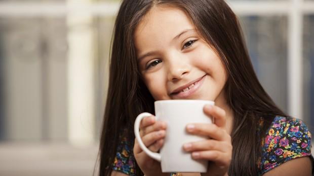 Criança tomando chá (Foto: Thinkstock)