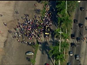 Rio de Janeiro Funcionários das obras do Parque Olímpico protestam pelo segundo dia consecutivo, ocupando o canteiro da Avenida Embaixador Abelardo Bueno, na Zona Oeste do Rio (Foto: Reprodução/ TV Globo)
