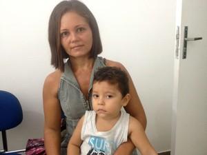 Sandra Silva levou o filho João Vitor para a vacinação (Foto: Jéssica Alves/G1)