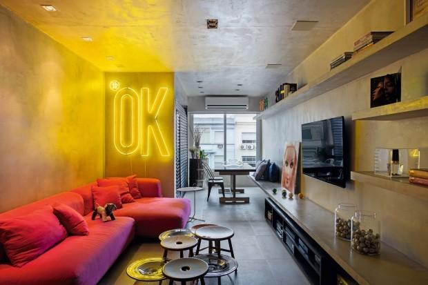 Para combinar como estilo industrial, o lar ganhou uma grande peça em néon, executada pela Neon Visual (Foto: Denilson Machado / MCA Estúdio / Editora Globo)