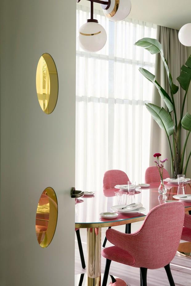 Décor do dia: sala de jantar com poltronas rosa e detalhes dourados (Foto: reprodução)