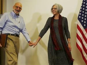 Alan Gross chega com sua esposa para falar com jornalistas em Washington nesta quarta-feira (Foto: Reuters/ Kevin Lamarque)