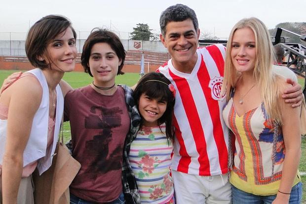 Elas estão sempre por perto na vida de Leó (Foto: Louco por Elas/TV Globo)