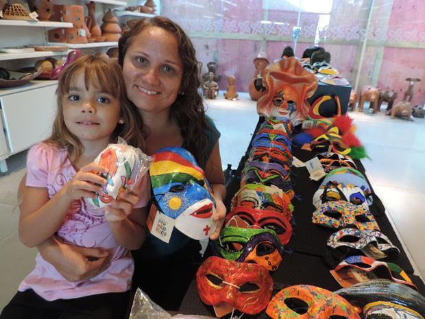 No Recife, a professora cearense Ana Cláudia procurava uma máscara com as cores de Pernambuco para a filha Maria Catharina (Foto: Rafael Dias / G1)
