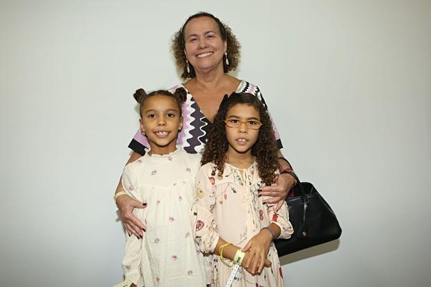 Mãe de Ronaldo, Sônia Nazário foi com as netas, Maria Alice e Maria Sofia, prestigiar o desfile da nora (Foto: Divulgação)