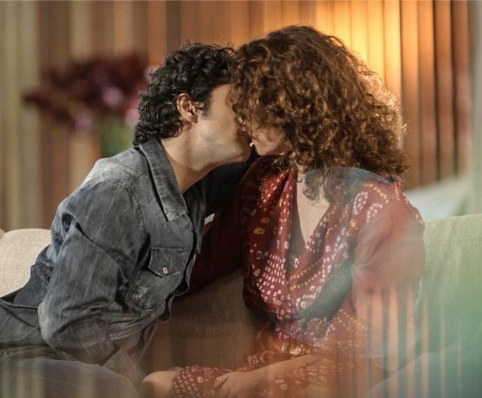 Caio e Irene se beijam com tudo (Foto: TV Globo)