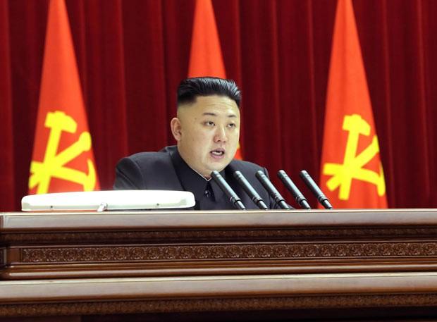 O ditador da Coreia do Norte, Kim Jong-un, durante reunião partidária em Pyongyang em 31 de março (Foto: AFP)