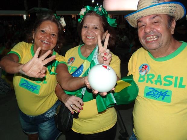 Flávio, Conceição e Paula Ângela Marques estavam de amarelo para mandar energias positivas. (Foto: Katherine Coutinho/G1)