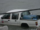 Professora flagra resgate de veículo oficial inundado no litoral do Paraná