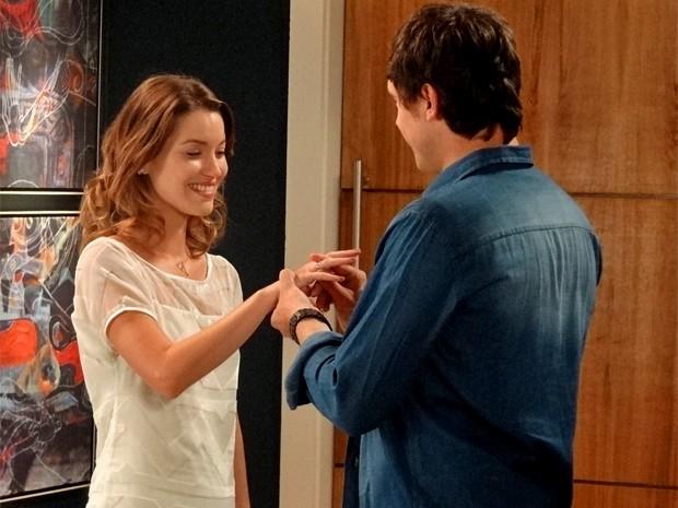 Caíque pede Laura em casamento e ela diz: 'Sim!' (Foto: Rodrigo Brisolla/ Gshow)