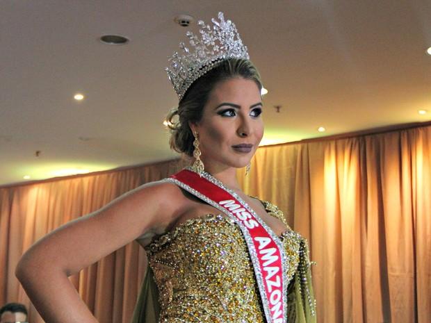 Miss Amazonas 2015 desfila antes de passar coroa (Foto: Gabriel Machado/G1 AM)