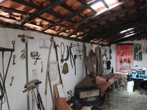 Peças de couro, máquinas de escrever e móveis estão entre o acervo (Foto: Pedro Santiago/G1)
