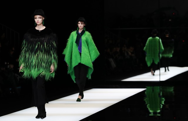 MILAN, ITALY - FEBRUARY 27:  (EDITORS NOTE: Image has been desaturated.) Models walk the runway at the Giorgio Armani show during Milan Fashion Week Fall/Winter 2017/18 on February 27, 2017 in Milan, Italy.  (Photo by Vittorio Zunino Celotto/Getty Images) (Foto: Getty Images)