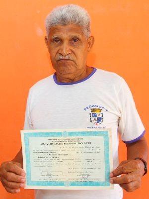 O ex-seringueiro Felício Correia da Silva mostra o diploma de graduação no curso de Pedagogia na Ufac (Foto: Quésia Melo/G1)