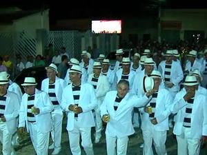 Grupo sai às ruas da cidade sempre na segunda-feira de Carnaval. (Foto: Reprodução/ TV Asa Branca)